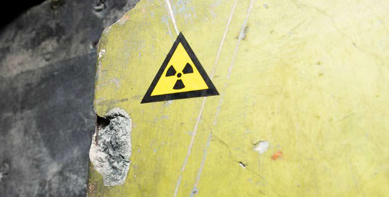 Strahlenschutzsymbol auf brüchigem Mauerwerk