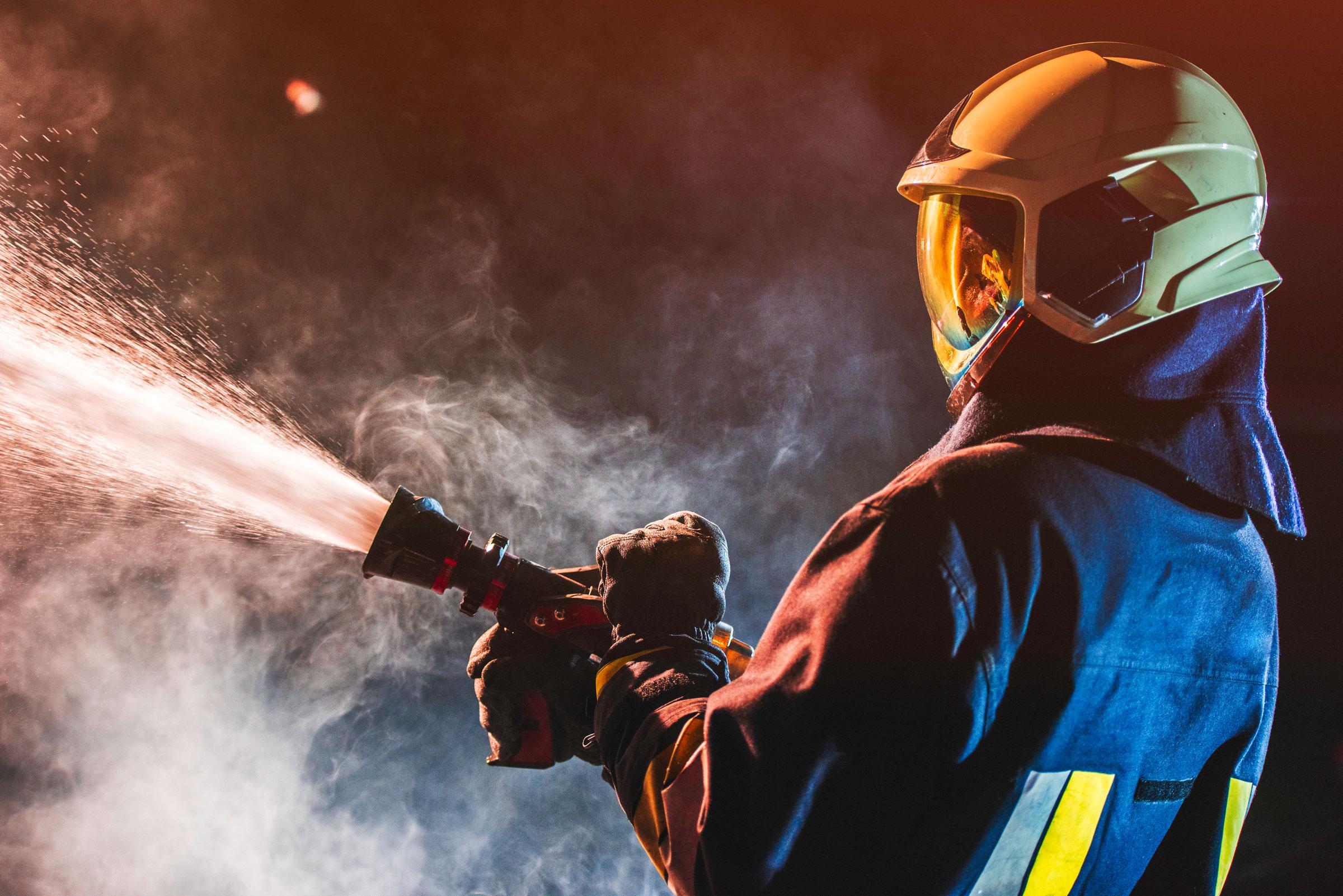 Feuerwehrmann bei Bekämpfung eines Brandes