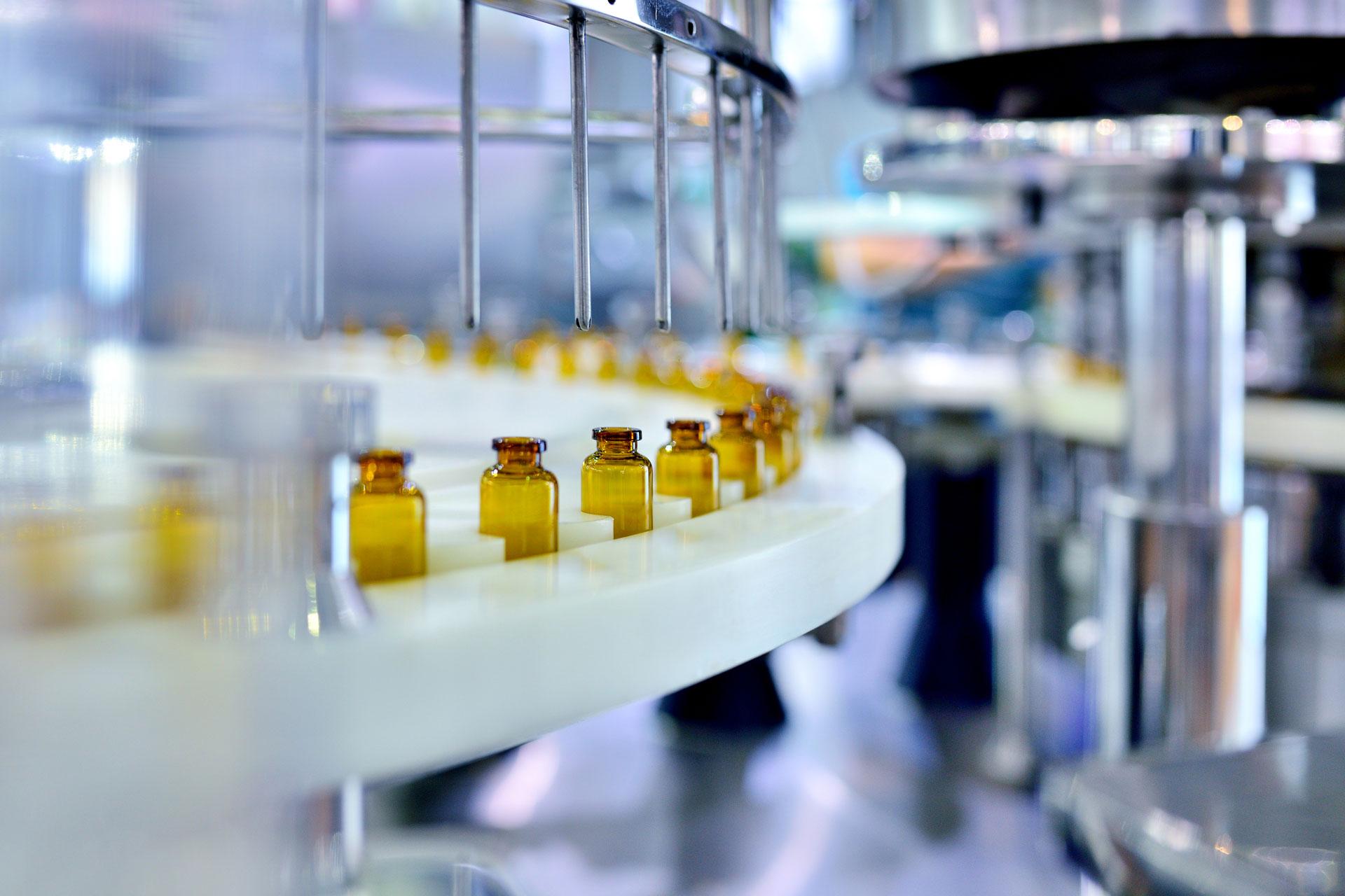Braunglasflaschenfüllung in einer industriellen Anlage