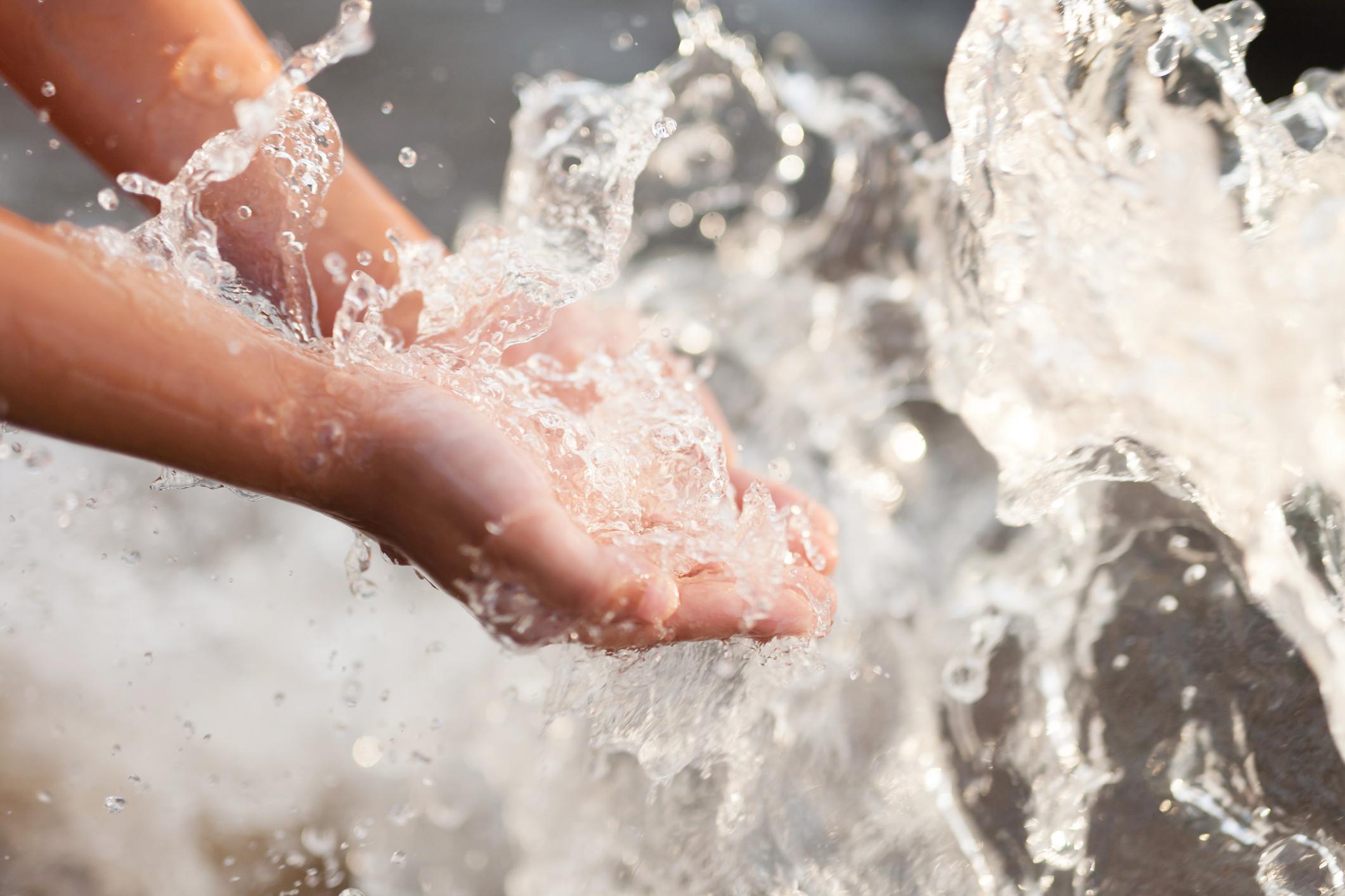 Hände unter sauberem Wasser