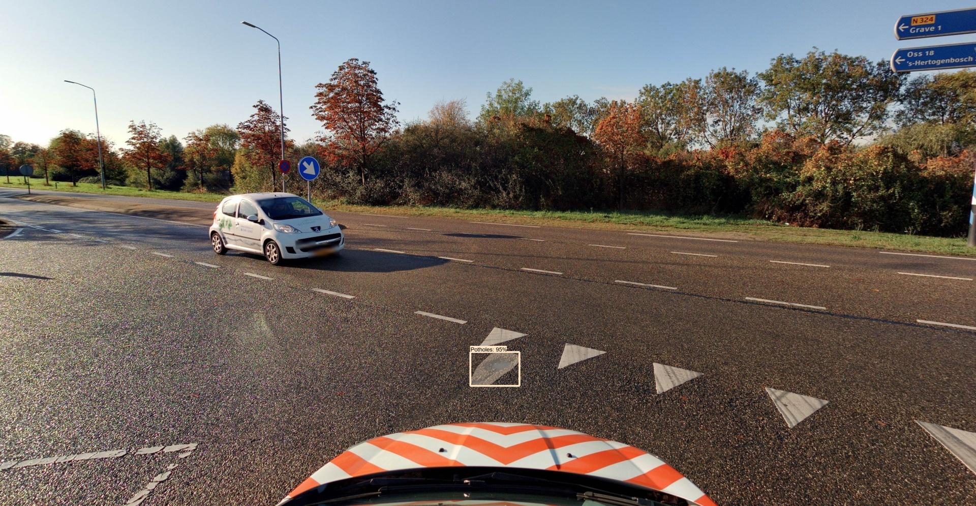 Uitvoering van een automatische detectie van schade aan wegen door middel van camera in auto die schade detecteert.