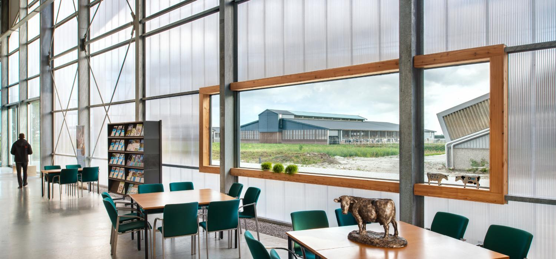 Interieurfoto van kantine / ontmoetingsruimte met tafel en stoeltjes