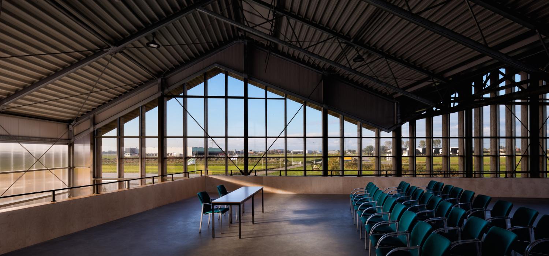 Interieur foto van presentatiezaaltje met stoelen in bioscoopopstelling