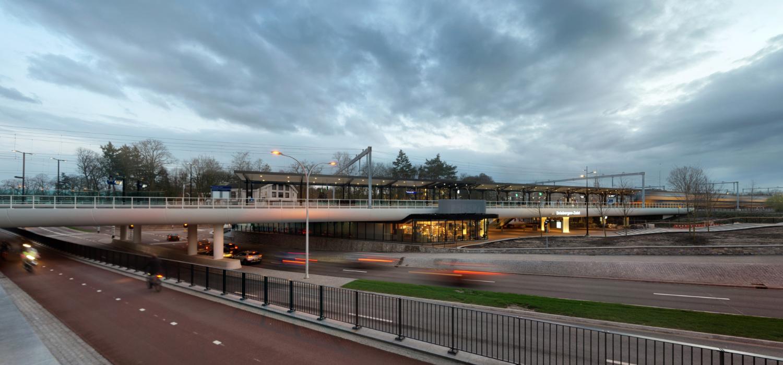 Overzichtsfoto bij stationsgebied waarbij auto's en fietsverkeer op gescheiden wegen onder het spoor doorgaan