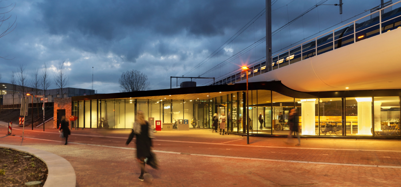 mensen wandelend tijdens zonsondergang bij station driebergen zeist