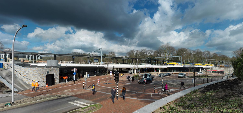 Overzicht van stationsgebied driebergen zeist waar mensen wandelen fietsen en auto's reizigers afzetten