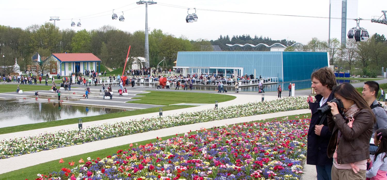 Kabelbaan als vervoersmiddel op de achtergrond op de Floriade in 2012