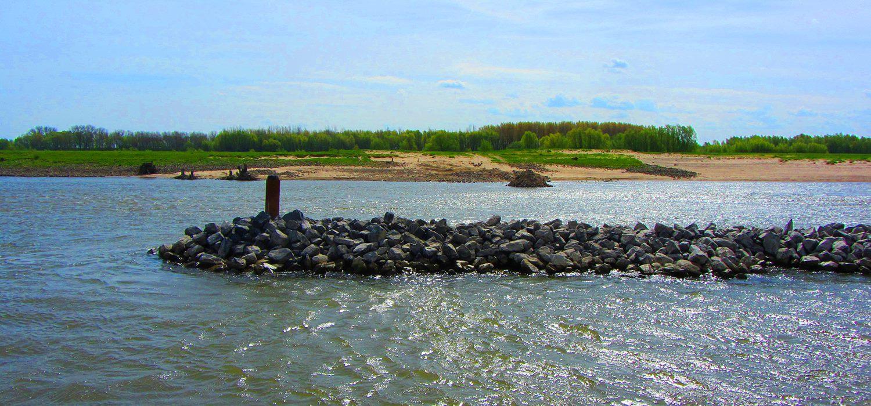 Landtong van stenen in de Waal.