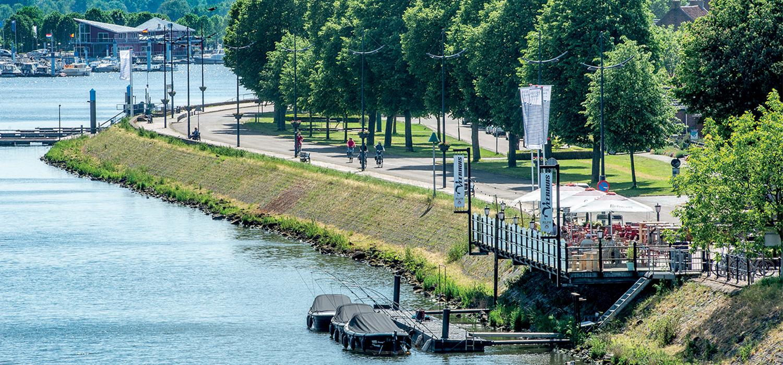 Uitzicht op de riveir, de dijk en de boulevard bij van Wessem