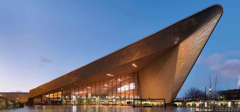 Avondfoto van gevel en entree van Centraal station Rotterdam