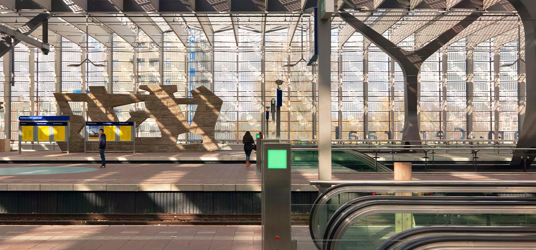 Perrons en roltrap van Centraal station Rotterdam
