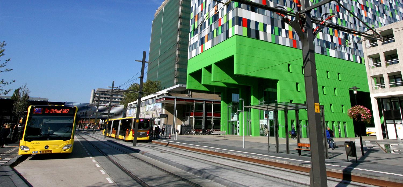 Bussen en trams bij de Uithoflijn in Utrecht